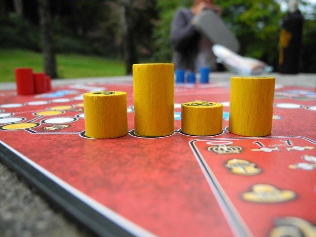 Ein Brettspiel sorgt für Spaß und fördert nebenbei das Gemeinschaftsgefühl.