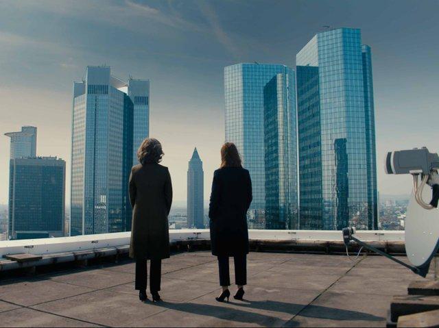 Bad_Banks_Christelle_Leblanc_(Desiree_Nosbusch)_und_Jana_Liekam_(Paula_Beer)_Copyright_ZDF_Letterbox_Filmproduktion.jpg