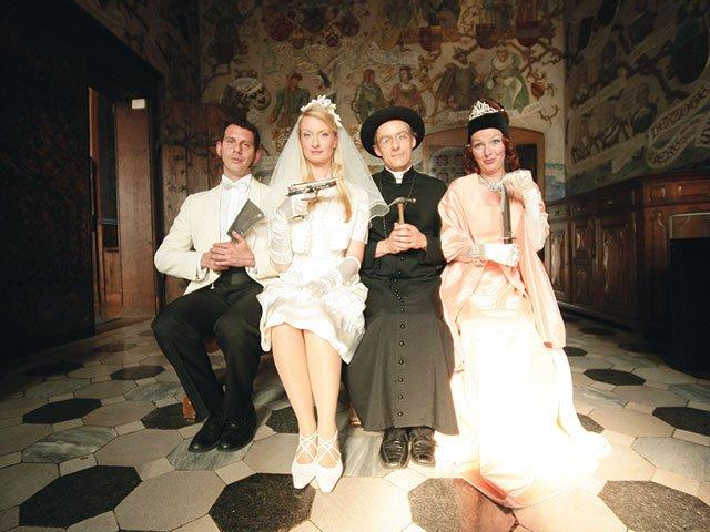 World-of-IDINNER_Hochzeit-in-Schwarz_Familie-auf-Bank[1].jpg