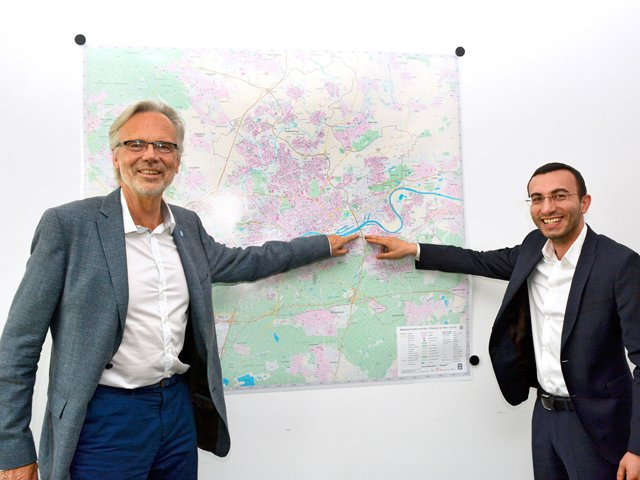 Mike_Josef_Horst_Schneider_gemeinsamer_Stadtplan_1_copyright_Stadt_Frankfurt.jpg