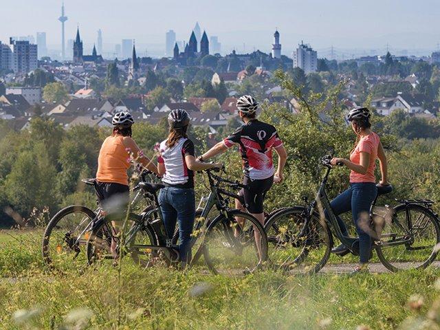Radfahrer-im-Kirdorfer-Feld-mit-Blick-auf-Bad-Homburg-und-Frankfurt-©-Christina-Marx.jpg
