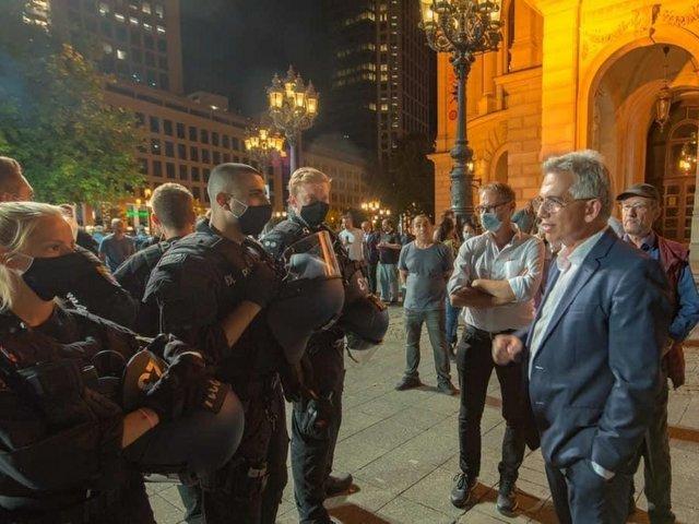 OB_Feldmann_spricht_mit_Polizisten_Copyright_Stadt_Frankfurt_Foto_Bernd_Kammerer1.jpg