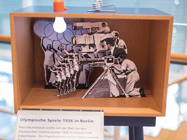 Kunstbox-08_20_Museum-für-Kommunikation_Mondladung_-Frankfurt-Ausstellung-Mondlandung-Foto-Sven-Moschitz-Olympiade-1936.jpg