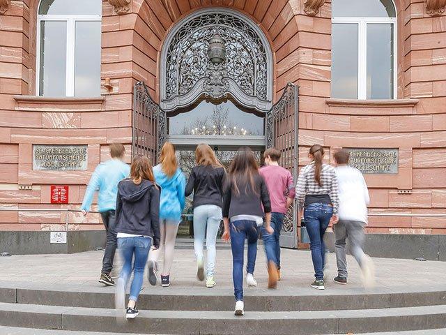 Pano-04_2021_Jugendbeirat_Senckenberg-Museum_Jugendgruppe-ins-Museum-c-Norbert-Miguletz.jpg