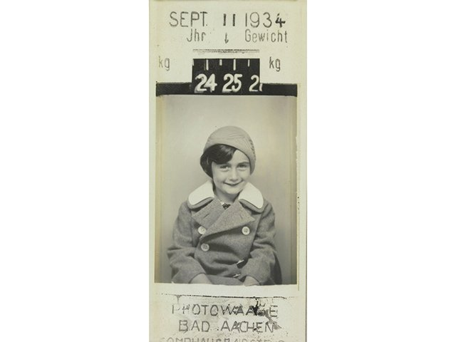 Pano-06_2021_Anne_Frank_1942_©Fotosammlung-Anne-Frank-Haus_Anne_Frank_Fotowaage_1934.jpg