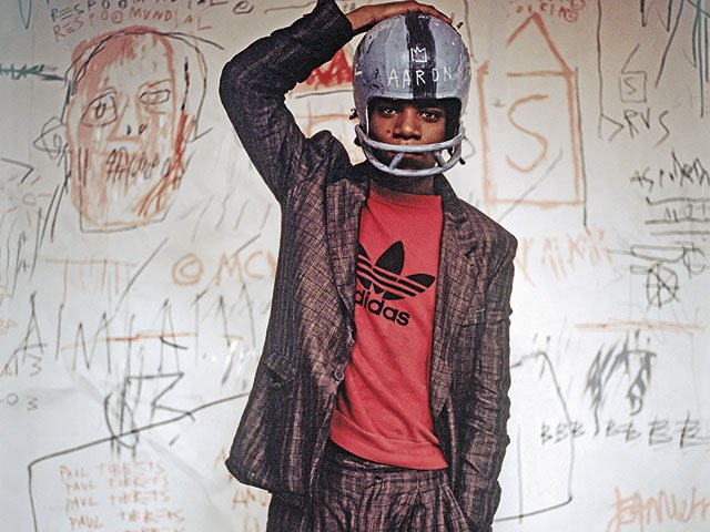 Schirn_Presse_Basquiat_Jean-Michel_Basquiat_wearing_an_American_football_helmet_1981.jpg