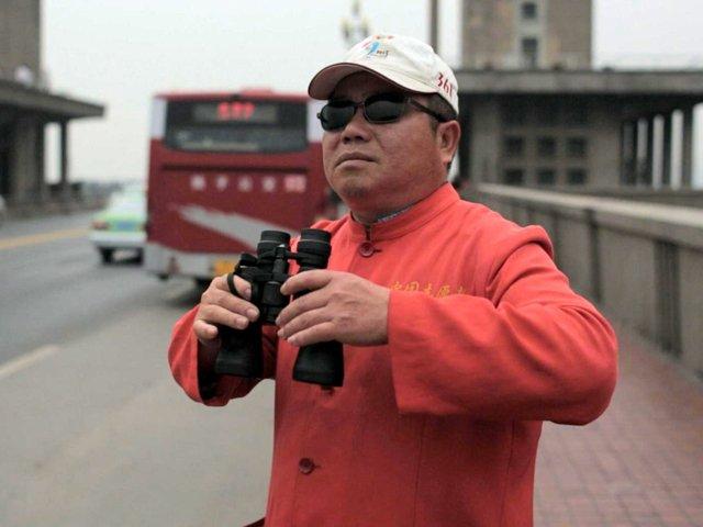 Auf der Brücke - Chen Si mit Fernglas.jpg