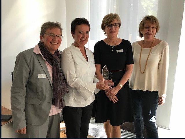 (Von links nach rechts): die Leiterin des Gleichberechtigungsbüros Ulrike Jakob, Frankfurts Frauendezernentin Rosemarie Heilig, die Vorsitzende der EAF Berlin Dr. Helga Lukoschat und die stellvertretende Leiterin des Frauenreferates, Beate Herzog.