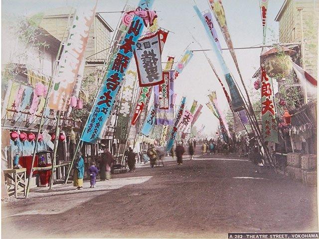 Kunstbox-0219_MAK_theatre-street-yokohama-kusakabe-kinbei-1880er.jpg