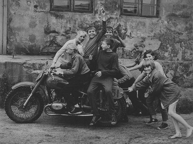 Kunstbox-0419_Opelvillen_Erste-Biker_Klaipeda_1974.jpg