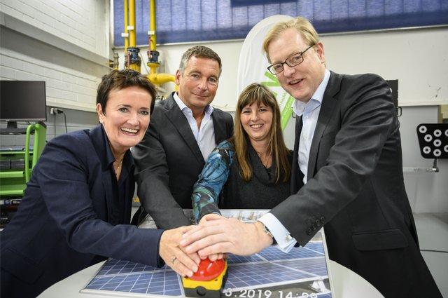 Von links_Rosemarie Heilig_Stephan Berger_Stella Schulz_Nurtsch und Markus Frank nehmen das Gruene Kraftwerk in Betrieb_Foto Salome Roessler.jpg